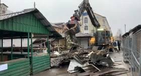 VIDEO: <strong>Sākti kiosku demontāžas darbi</strong> Rīgas Centrāltirgus teritorijā