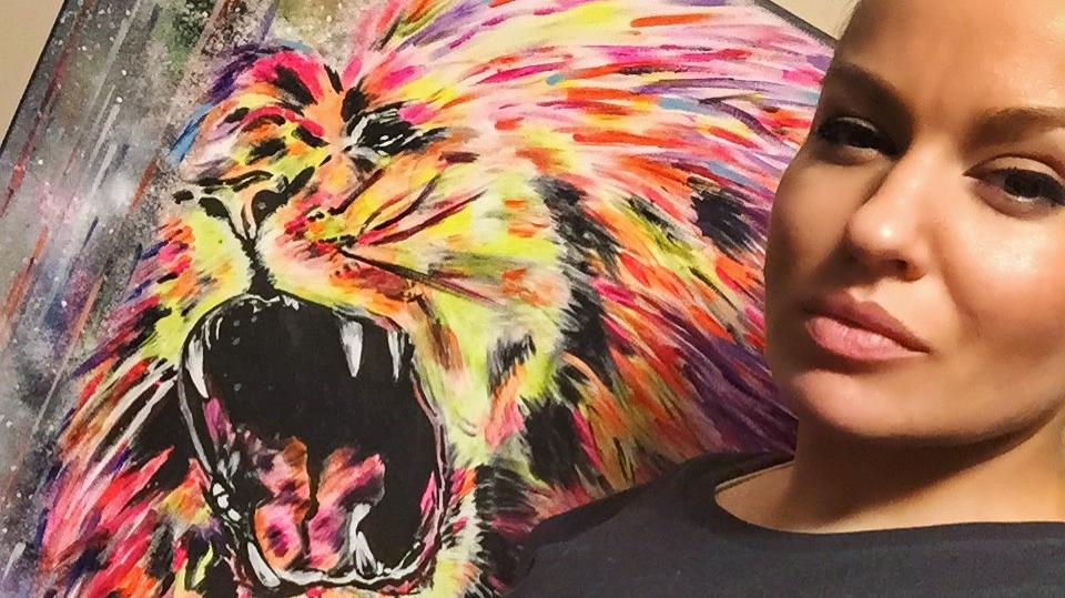 <strong>Dinārai Rudānei slepenā nodarbe</strong> — jaunā māmiņa naktīs glezno neona lauvas