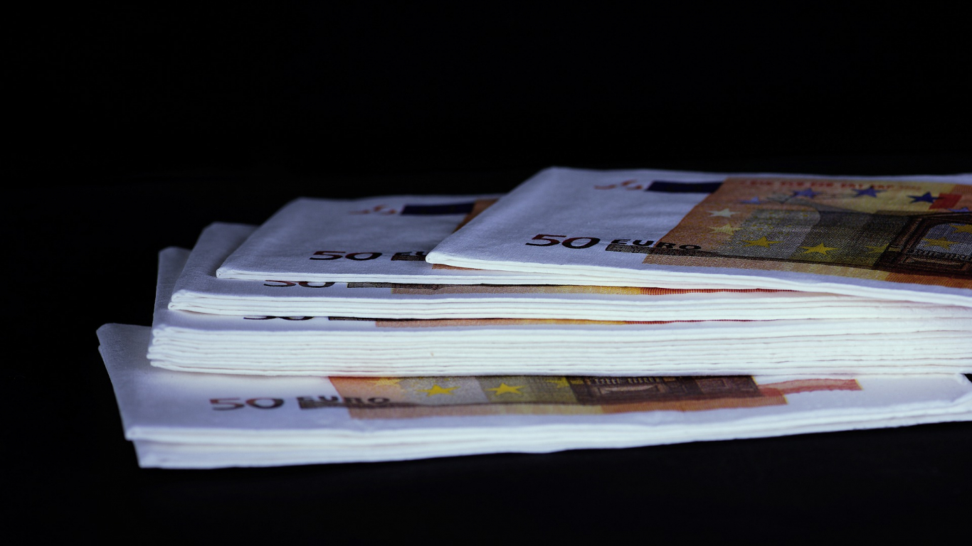 Vīrietis Siguldā par pārtiku norēķinās ar suvenīra banknotēm, <strong>tiesa piespriež reālu cietumsodu</strong>