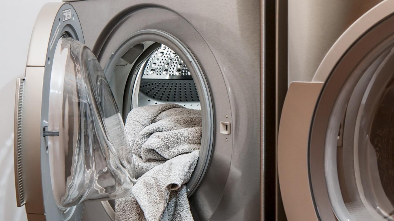5 padomi <strong>ļoti netīru drēbju mazgāšanā</strong>