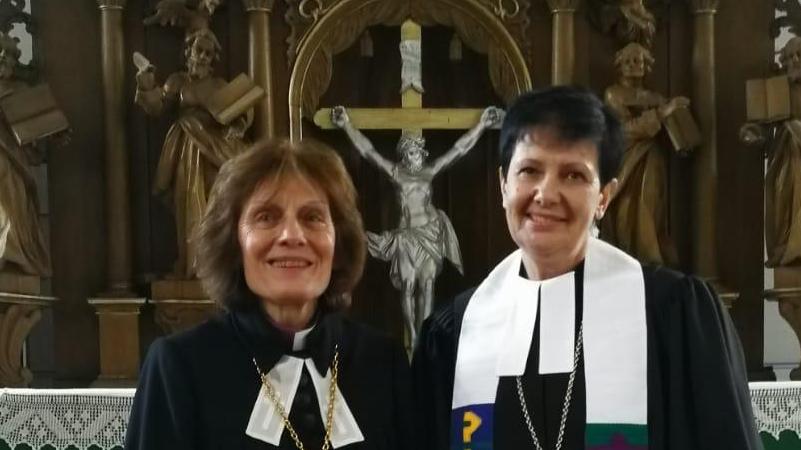 Rudītes (pa labi) ordinācijas dievkalpojums. Ar arhibīskapi Laumu Zuševicu (pa kreisi).