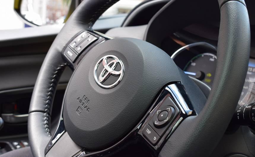 <em>Toyota</em> sasniedz <strong>100% atjaunojamo elektroenerģiju</strong> visā ražošanas procesā Eiropā