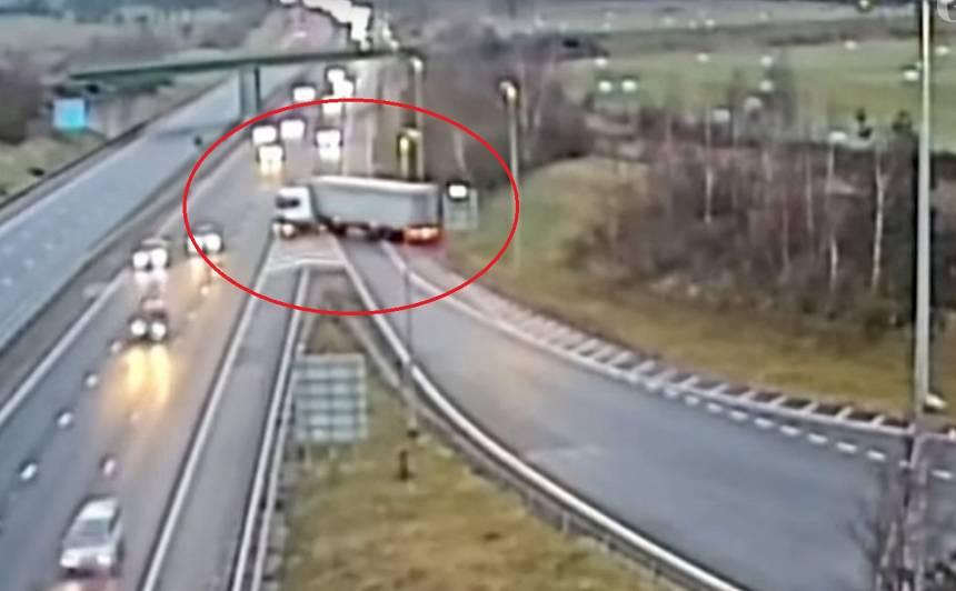 VIDEO: Kravas auto šoferim <strong>piespriež 6 mēnešu cietumsodu</strong> par bīstamu manevru uz lielceļa
