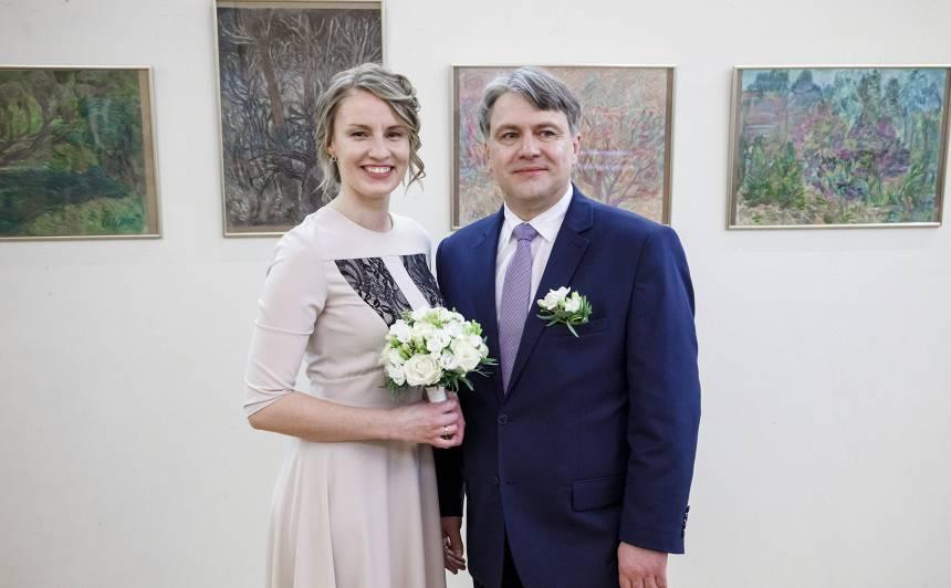 FOTO: Tiesībsargs Juris Jansons apprecas: <strong>Laulība ir tas, uz ko mēs ar Lāsmu daudzus gadus esam gājuši</strong>
