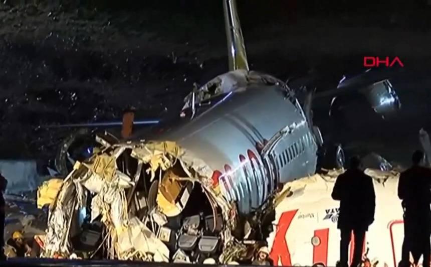 Stambulas lidostā, no skrejceļa noskrienot lidmašīnai, <strong>trīs cilvēki gājuši bojā un 179 ievainoti</strong>