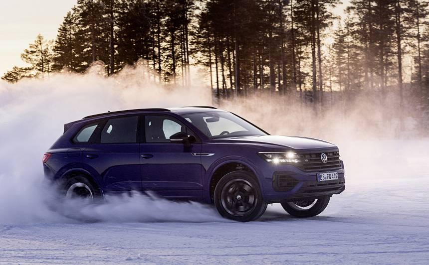 FOTO: <em>Volkswagen</em> prezentē <strong>462 ZS jaudīgo <em>Touareg R</em> hibridu</strong>