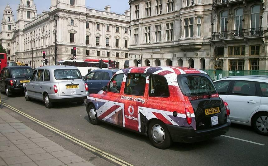 Lielbritānija plāno no 2035.gada <strong>aizliegt pārdot benzīndzinēja un dīzeļdzinēja automašīnas</strong>