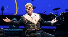 VIDEO: Eltons Džons <strong>koncerta laikā pazaudē balsi</strong>
