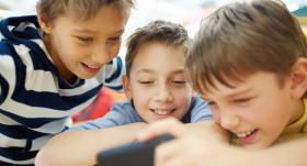 Kā atradināt bērnu <strong>no mobilo ierīču lietošanas ēšanas laikā</strong>