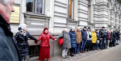 <strong>Nesankcionētā mītiņā</strong> pie Ģenerālprokuratūras Misānes atbalstam pulcējas ap 30 cilvēku