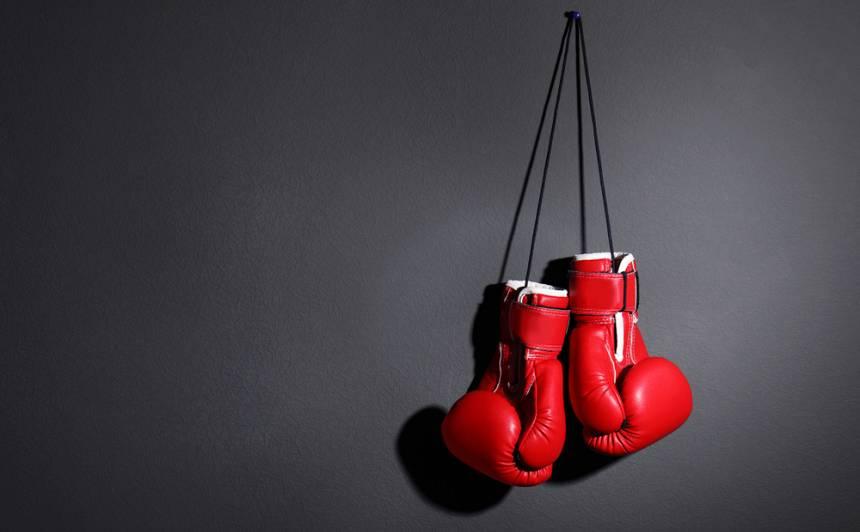VIDEO: Anglijas jauniešu čempionāts boksā beidzas ar <strong>masu kautiņu un hospitalizāciju</strong>