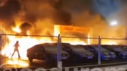 VIDEO: Rīgā automašīnu tirdzniecības placī <strong>sadeg 21 mašīna</strong>