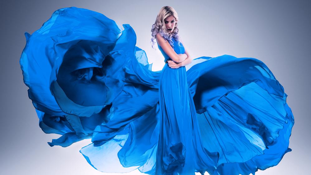<strong>2020. gada krāsa — klasiski zilā.</strong> Kā to izmantot apģērbā un aksesuāros