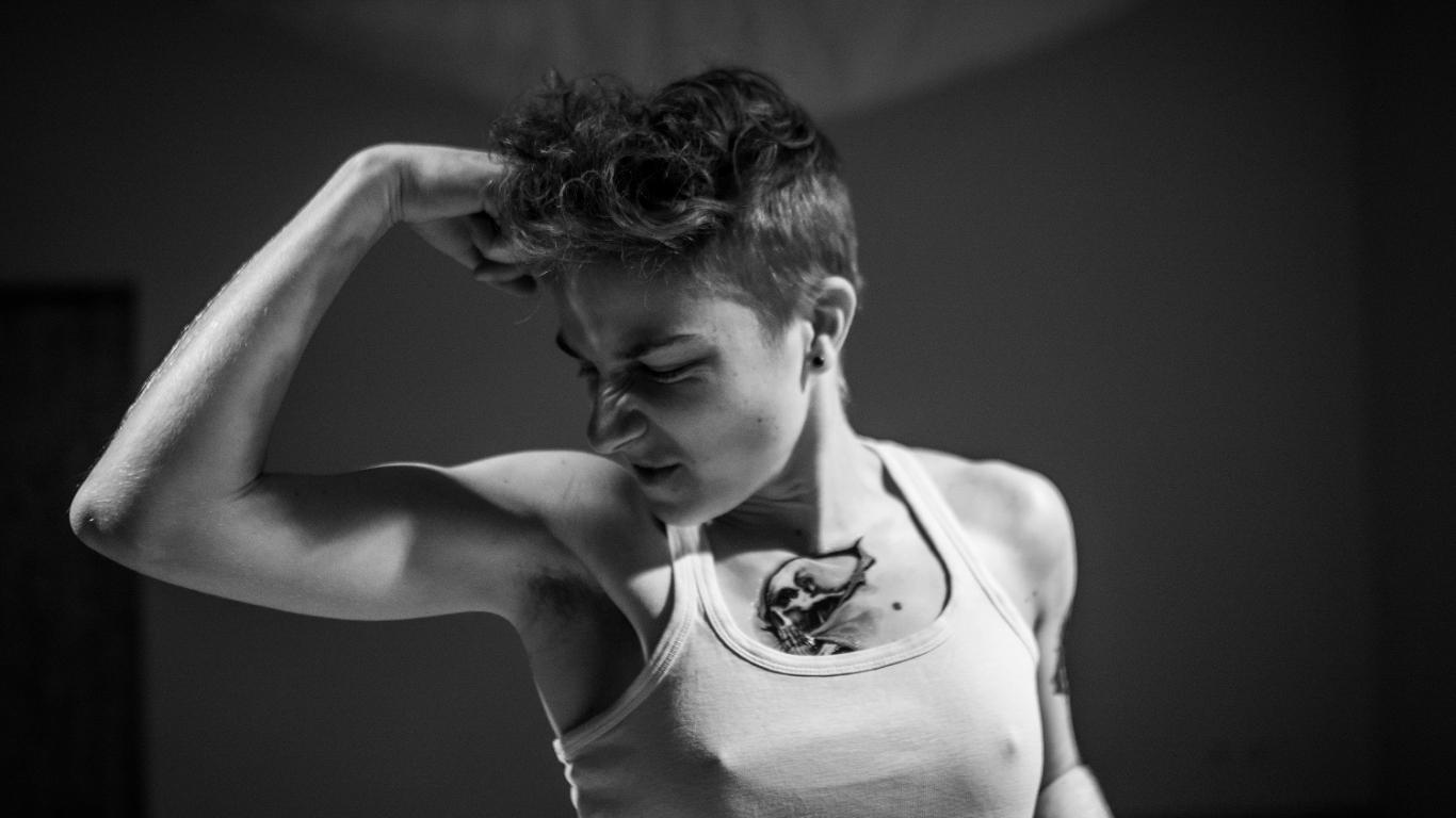 Laura vienā no performancēm par dzimumu stereotipiem.