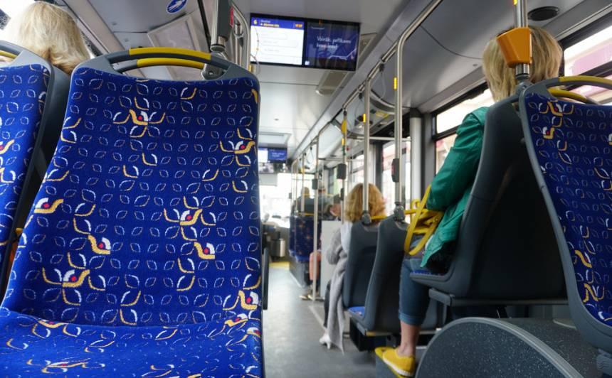 <strong>Rīgas sabiedriskajā transportā</strong> pārtrauc biļešu iegādi un maina iekāpšanas prasības