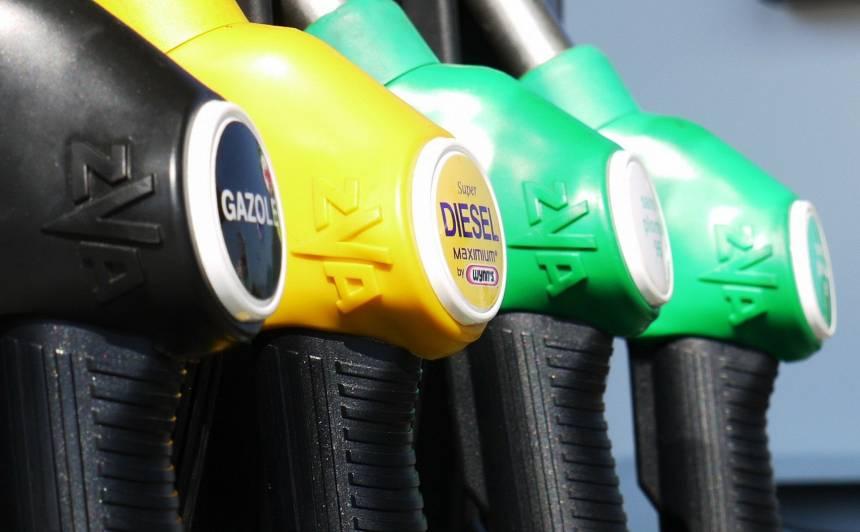 Tirgotājs: <strong>Degvielas cenas Latvijā turpinās kristies</strong>