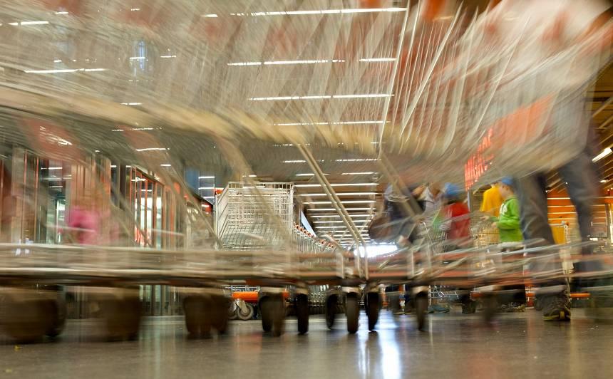 Latviete Šveicē: <strong>No koronvīrusa nepasargās pārtikas krājumu pirkšana,</strong> bet neiešana uz publiskiem pasākumiem gan