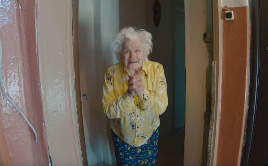 VIDEO: <strong>Divi jaunieši uzsāk aizkustinošu palīdzības kampaņu,</strong> dāvinot pārtiku pensionāriem