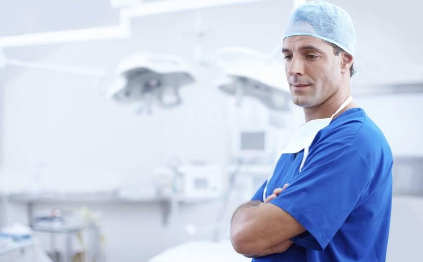 Saeima <strong>noraida rosinājumu</strong> par 20% palielināt mediķu algas