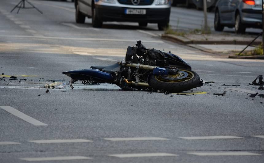 LTAB aicina motobraucējus būt piesardzīgiem; <strong>pērn izmaksāta teju 40 000 eiro atlīdzība par avārijas izraisīšanu</strong>