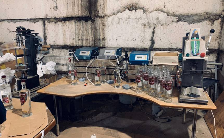 Atklāta <strong>nelikumīga alkohola ražotne</strong> ar 10 tonnām nezināmas izcelsmes alkohola