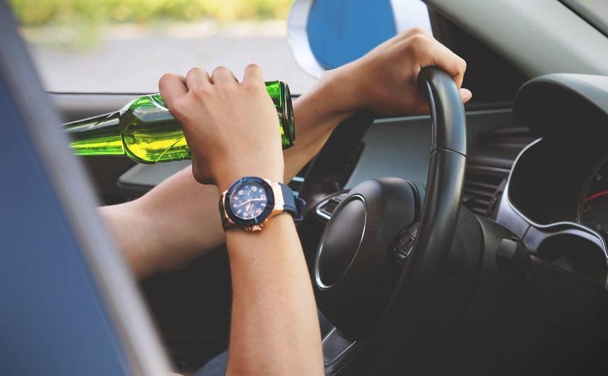 Vāc parakstus par <strong>ātrāku braukšanas atļaujas atjaunošanu dzērājšoferiem</strong>