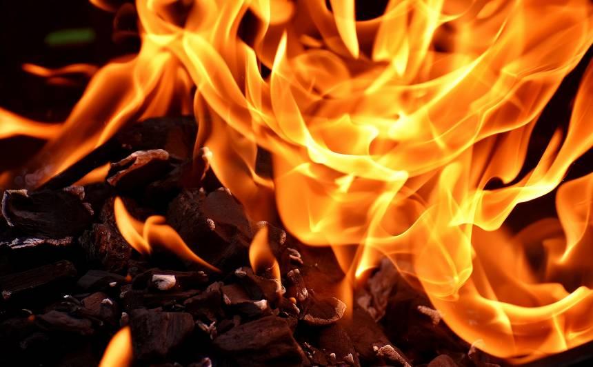 Šorīt ugunsgrēkā <strong>Rīgā gāja bojā cilvēks</strong>