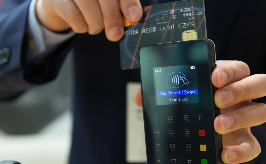Bankas palielina bezkontakta <strong>maksājumu limitu kartēm līdz 50 eiro</strong>