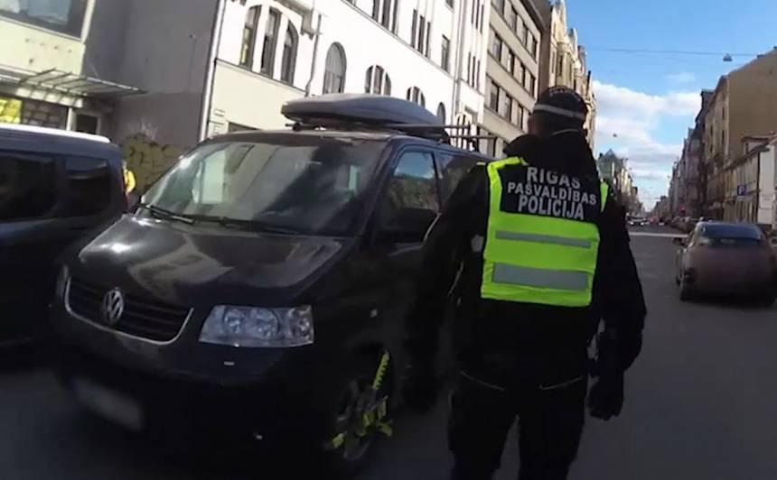 VIDEO: <strong>Policisti aptur vīrieti, kurš neievēro pašizolāciju</strong> un mēģina nozāģēt riteņu bloķētājus