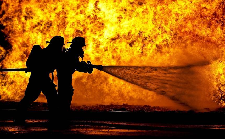 <strong>Aizvadītajā diennaktī dzēsti 14 ugunsgrēki,</strong> viens cilvēks cietis
