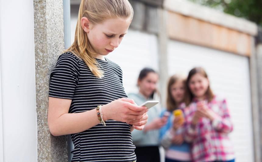 Pētījums: 57 % Latvijas skolēnu klasē <strong>saskārušies ar ņirgāšanos un izjutuši atstumtību</strong>