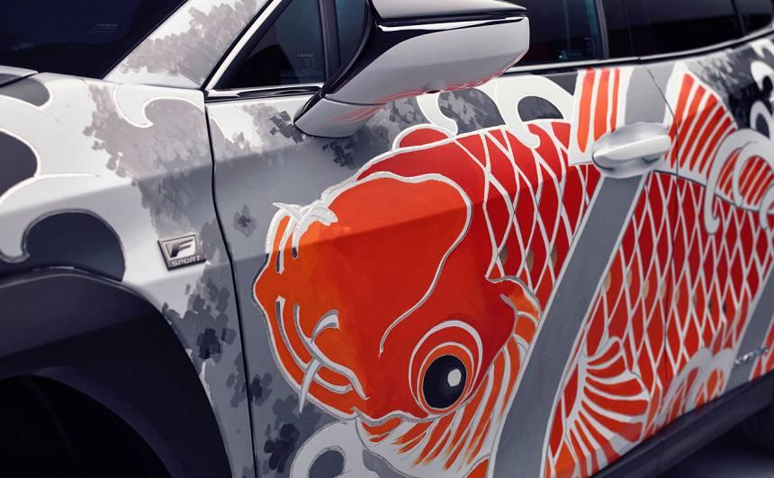 VIDEO: <em>Lexus</em> atklājis <strong>pasaulē pirmo tetovēto automobili</strong>; tā cena ir aptuveni 130 000 eiro
