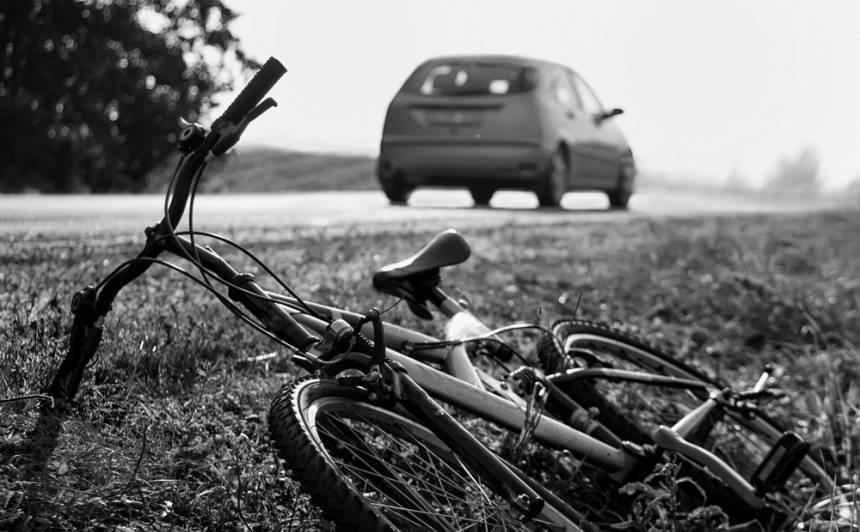 <strong>Stopiņu novadā bojā gājis velosipēdists;</strong> policija aicina atsaukties aculieciniekus