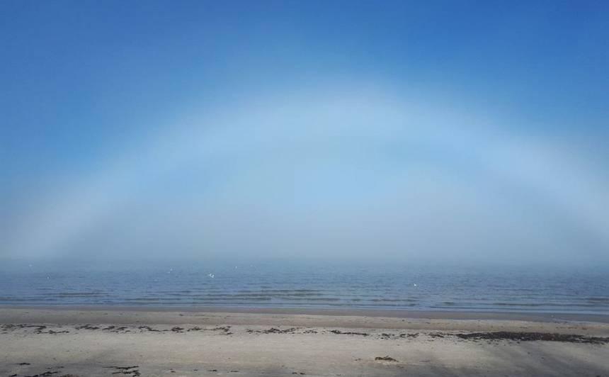 Vakar Latvijas debesīs bija novērojama ļoti reta dabas parādība <strong>baltā miglas varavīksne</strong>