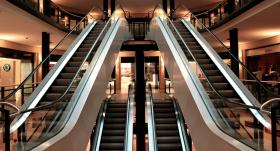<strong>Nedēļas nogalēs slēgs tirdzniecības centrus,</strong> izņemot konkrētus veikalus