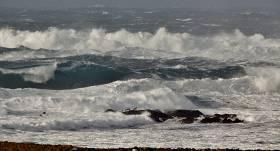 <strong>Latvijā ceturtdien sola spēcīgu vētru;</strong> īpaši jāuzmanās kurzemniekiem