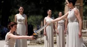 Grieķijā iedegta <strong>Tokijas olimpisko spēļu uguns</strong>