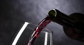 Asociācija: ārkārtējās situācijas laikā <strong>pārdoto alkoholisko dzērienu apjoms Latvijā samazinājies</strong>