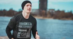 <em>CrossFit</em> treneris Kaspars Zlidnis atklāj, kā <strong>pareizi vingrot mājas apstākļos</strong>