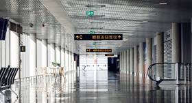 FOTO: Neparasti kadri — <strong>tukšā un klusā Rīgas lidosta</strong>