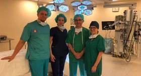 No kreisās: Ģirts Aleksejevs - Bērnu ķirurgs (BKUS), Zane Ābola - Bērnu ķirurģijas klīnikas virsārste (BKUS), Džordžs Drugas - Bērnu ķirurgs (Sietlas Bērnu slimnīca), Ksenija Soldatenkova - Bērnu ķirurgs (BKUS).