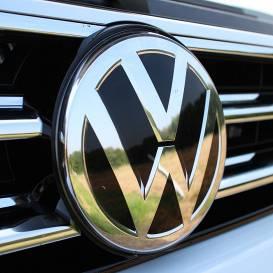 <strong><em>Volkswagen</em> slēdz rūpnīcās</strong> Eiropā