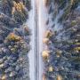 <strong>Snigšanas dēļ vakarā vietām gaidāmi slideni ceļi;</strong> nakts būs auksta