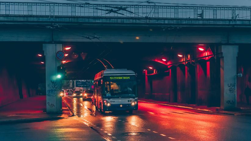 <strong><em>Rīgas satiksme</em> ievieš izmaiņas sabiedriskā transporta grafikos</strong> un slēdz nakts reisus