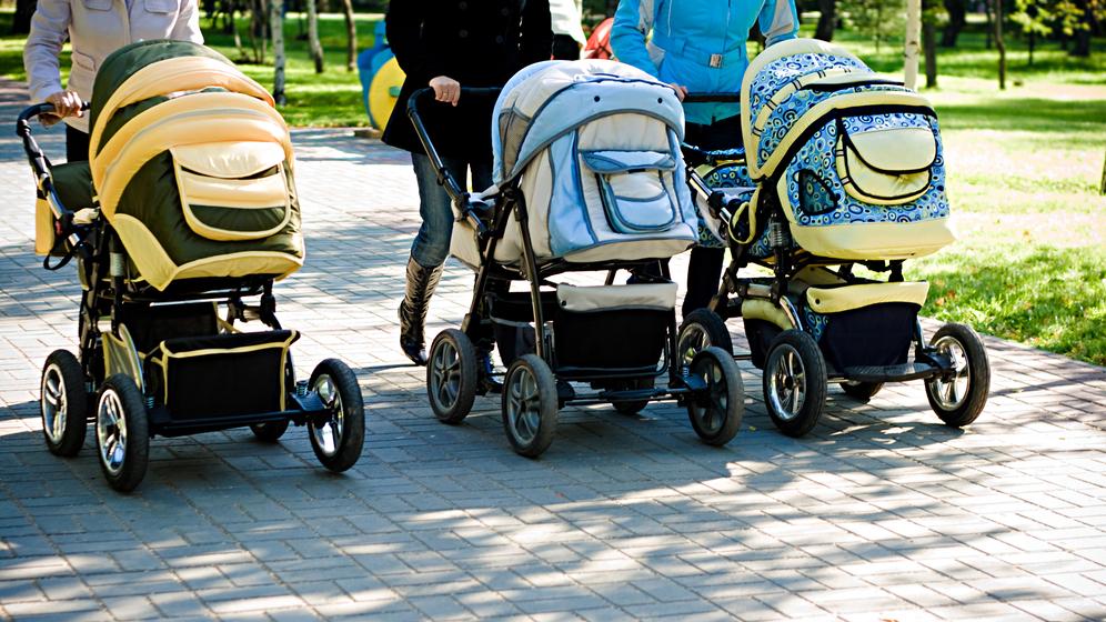 Pētījums: Vecāki lieto atstarotājus uz bērnu ratiem, <strong>bet nezina, kā to darīt pareizi</strong>