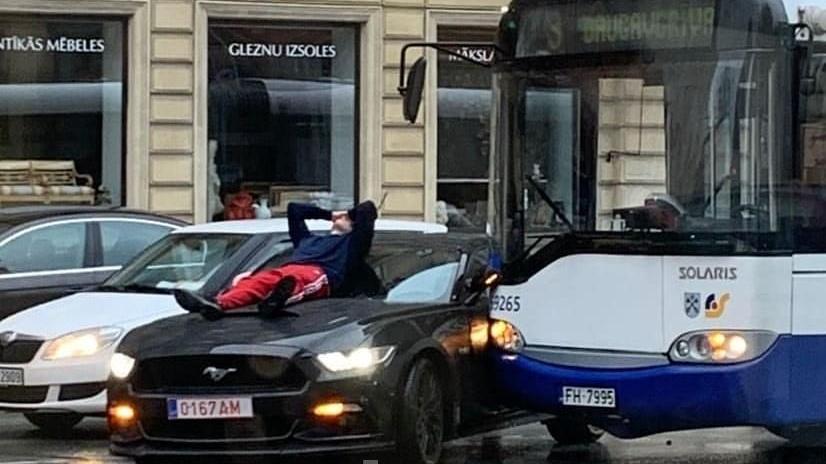 Rīgā <strong><em>Ford Mustang</em></strong> saskrienas ar autobusu