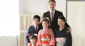 Iļģu ģimene: tētis Oļegs, mamma Aiko ar bērniem - dēlu Krisu Renu un meitām Evu Sakuru un Tiu Minami.