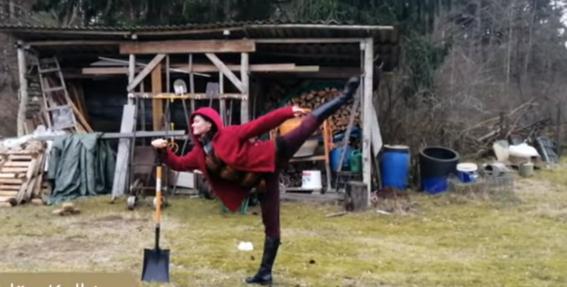 Video: Opera slēgta — <strong>Latvijas Nacionālā baleta dejotāji trenējas ar kaķiem, čipsiem, jūrmalā un vagās</strong>