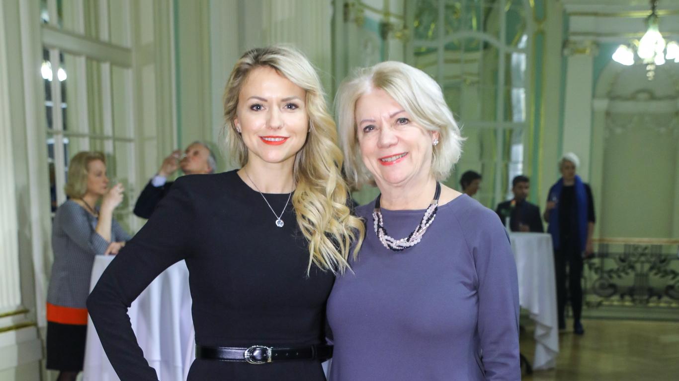 Ilze Jurkāne (pa labi) ar Madaru Mančinsku, kuru uzskata par savu krustmeitu.