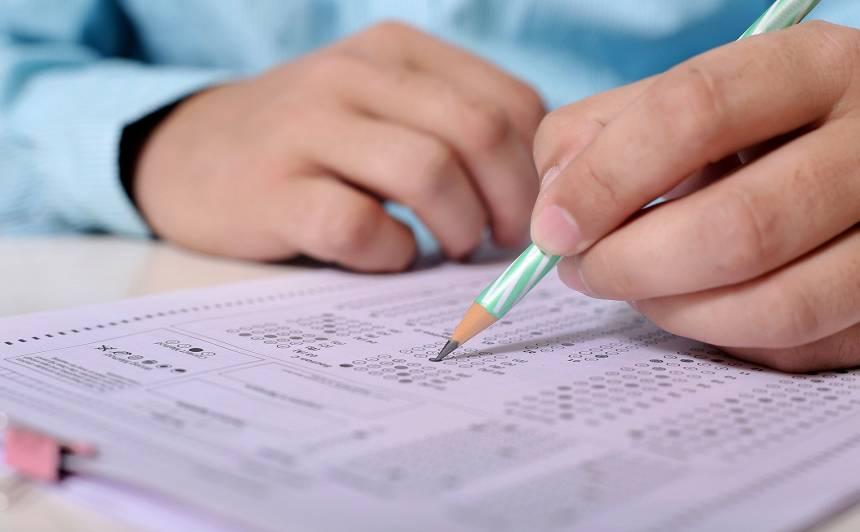 <strong>Valdība atbalsta 9. klašu eksāmenu atcelšanu,</strong> 12. klasē eksāmenu būs mazāk